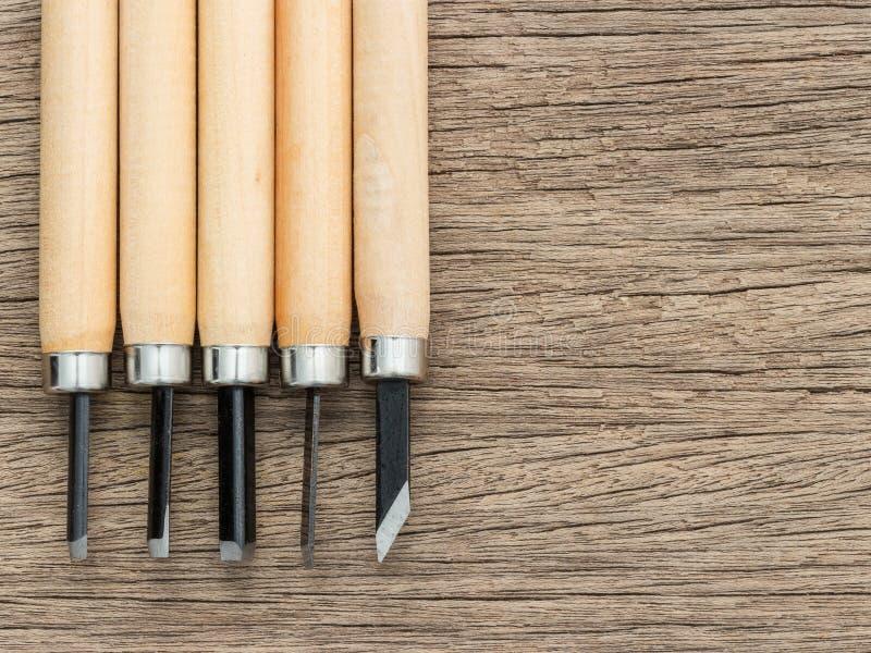 雕刻雕刻师的5台个人计算机木头运作在木桌上的凿子手工工具集合木材加工,选择聚焦在木头的木匠业凿子 图库摄影