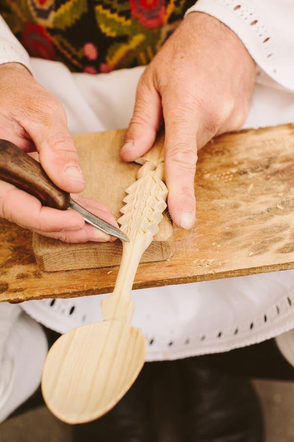 雕刻雕刻的罗马尼亚工匠的木匙子 库存照片