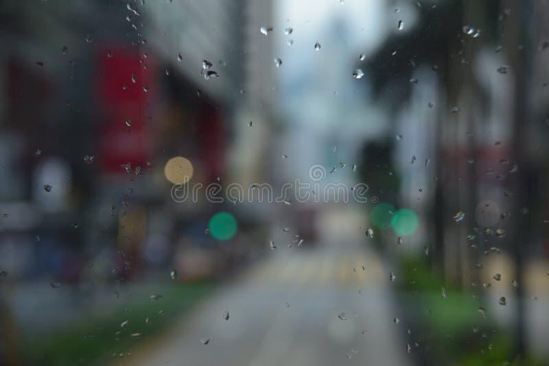 雨下落和Bokeh 免版税库存图片