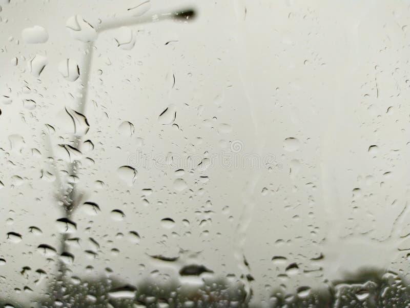 雨下落神色通过挡风玻璃 库存图片