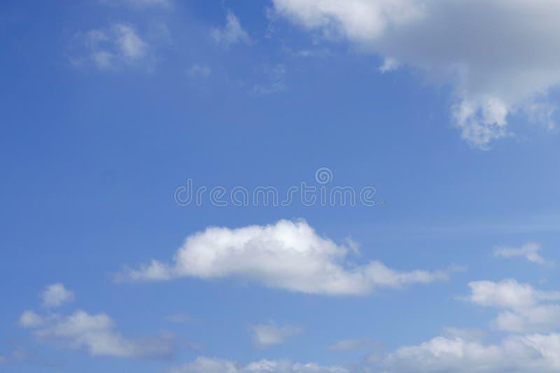 雨云阴暗天空形成在气候,恶劣的天气的概念的天空的自白天 免版税图库摄影