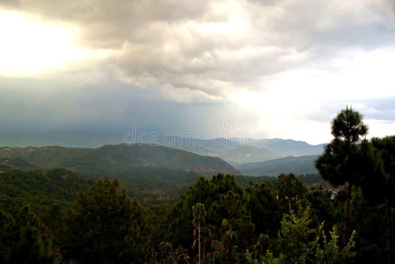 雨和太阳高在喜马拉雅山麓小丘 免版税图库摄影