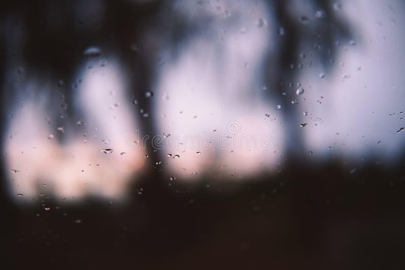 雨在窗口落下在黄昏 库存照片
