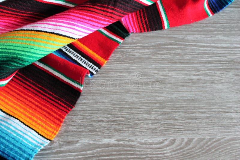 雨披serape背景墨西哥cinco de马约角节日木拷贝空间 免版税库存照片