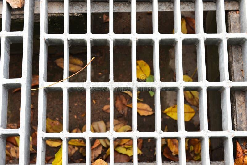雨时从屋顶排水 混凝土围钢排水 免版税库存照片