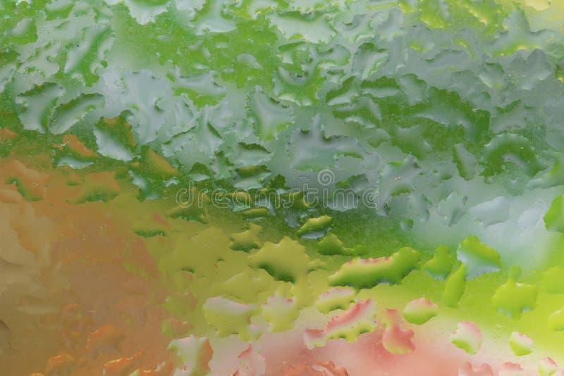 雨水滴在玻璃窗的 颜色 图库摄影