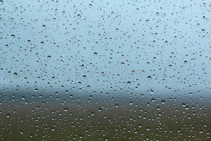 雨水滴在玻璃窗的 免版税库存图片