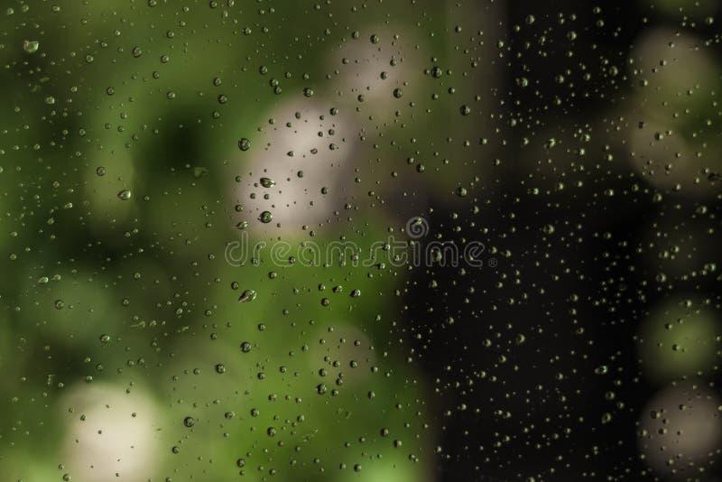 雨水滴在窗口玻璃的 免版税库存图片