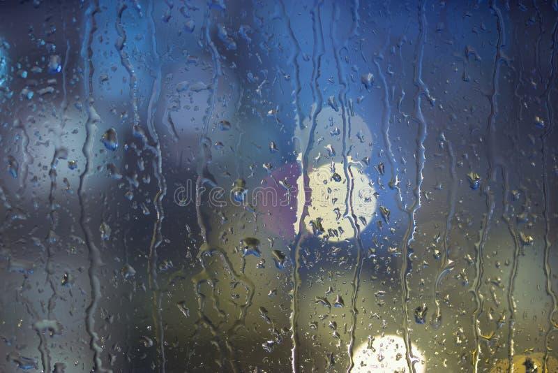 雨水滴在窗口的,夜 免版税库存图片