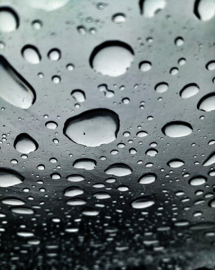 雨珠的图象在巨大对比雨季的 免版税库存图片