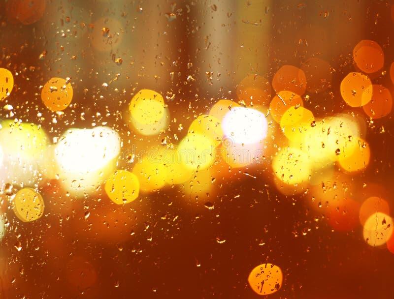 雨珠的图象在窗口的在晚上在城市 库存照片