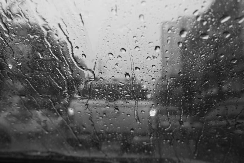 雨珠看法从汽车里边的 库存照片