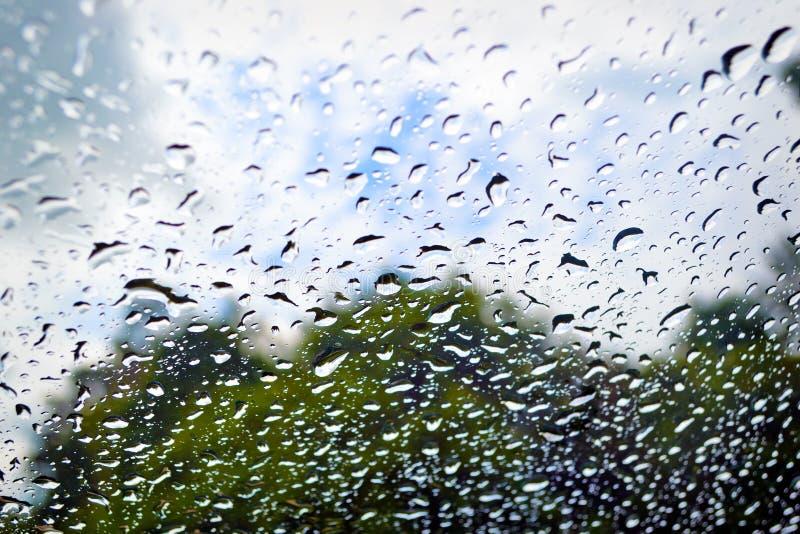 雨珠背景在玻璃的 免版税图库摄影