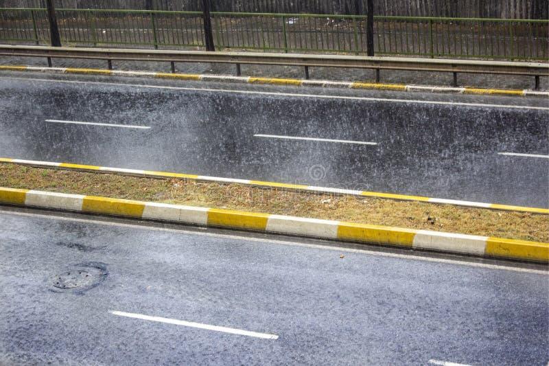 雨珠顶视图在地面上落 免版税库存图片