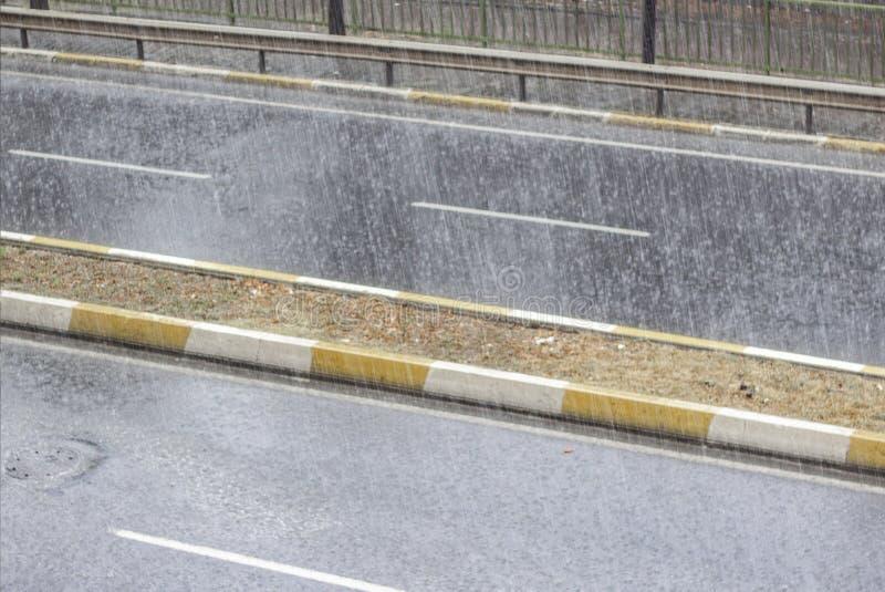 雨珠顶视图在街道上落 免版税库存图片