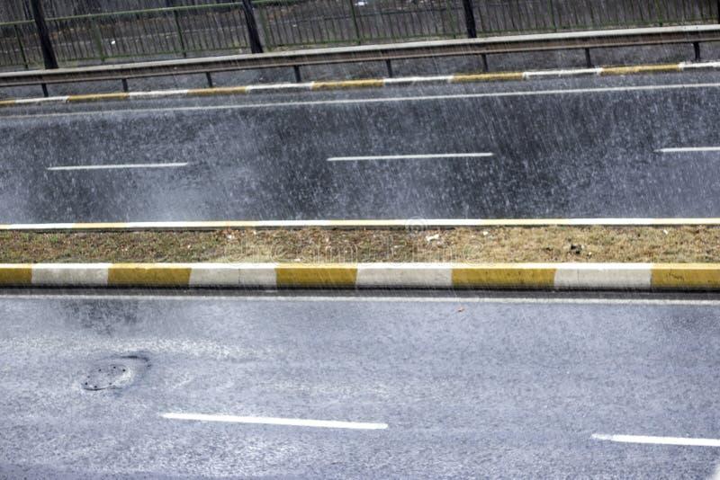 雨珠顶视图在街道上落 免版税库存照片