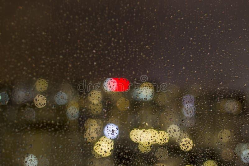 雨珠顶视图落窗口表面上 库存照片
