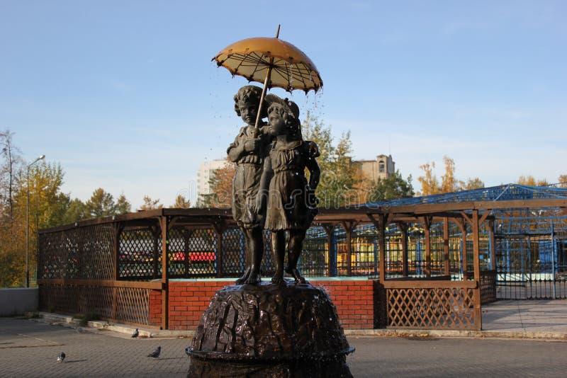雨的纪念碑喷泉孩子 免版税库存照片