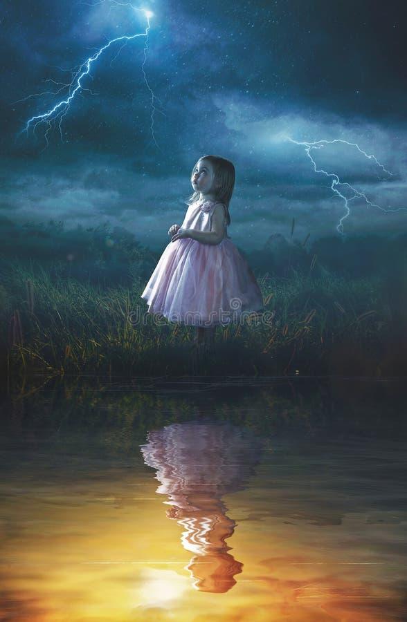 雨风暴的小女孩 免版税库存照片