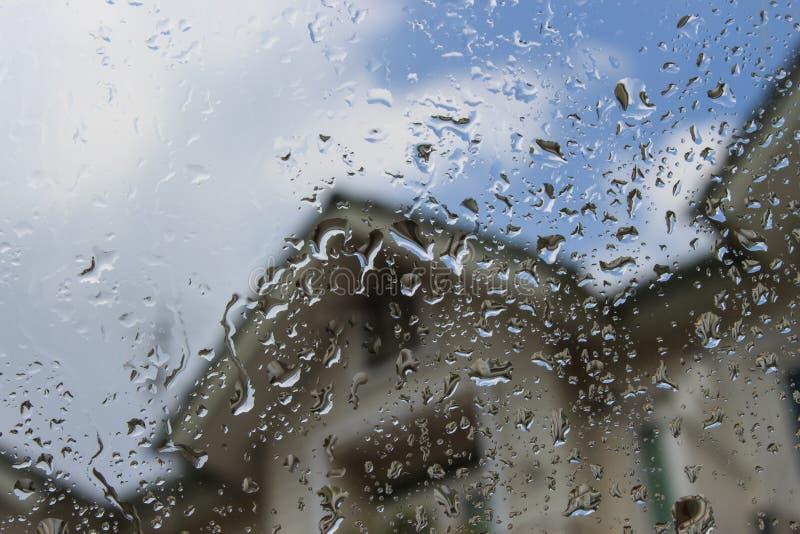 雨水滴在玻璃的 免版税库存图片
