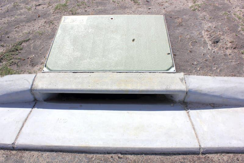 Download 暴雨水流失 库存照片. 图片 包括有 建筑, 管道, 盖子, 天沟, 影子, 水泥, 制造, 环境, 污水 - 30333144