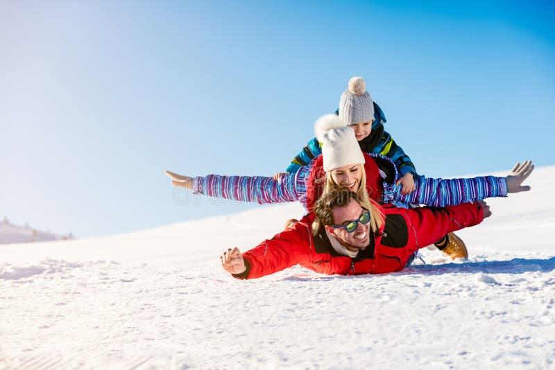 滑雪、雪太阳和乐趣-愉快的家庭滑雪假日 免版税图库摄影
