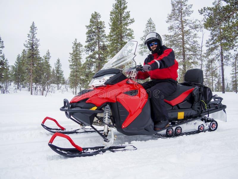 雪上电车的一个人在冬天山 库存照片