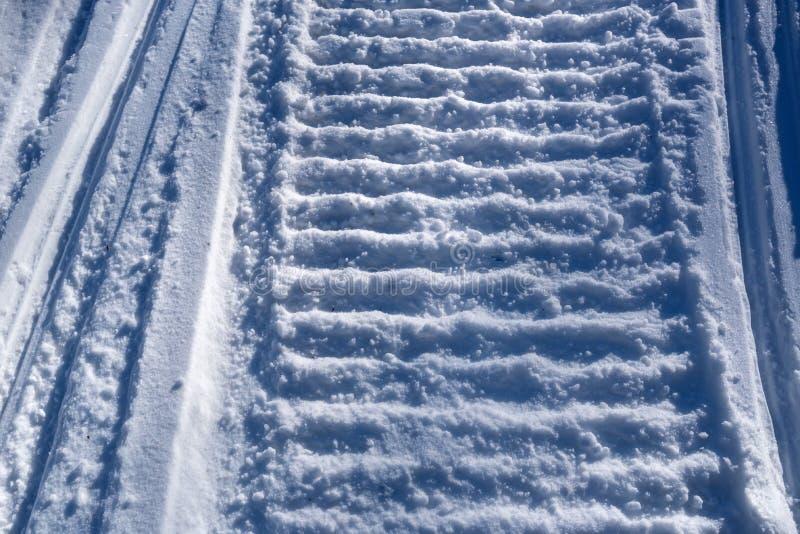 雪上电车踪影的特写镜头 库存图片