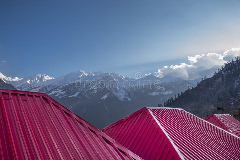 雪与屋顶的山风景 免版税库存照片