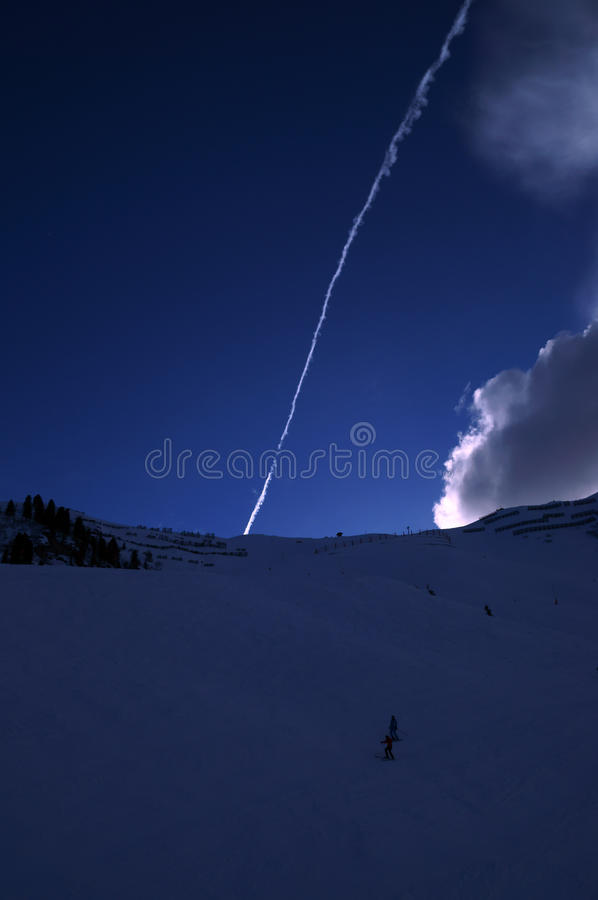 滑雪与惊人的云彩的滑雪道倾斜在背景中 库存照片