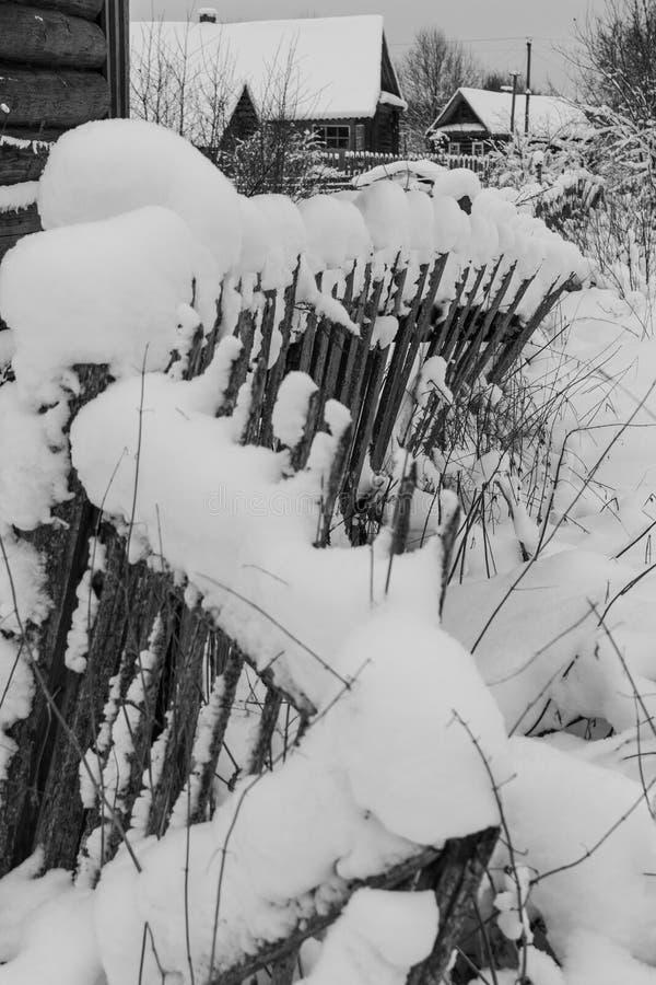 雪之字形在村庄 库存照片