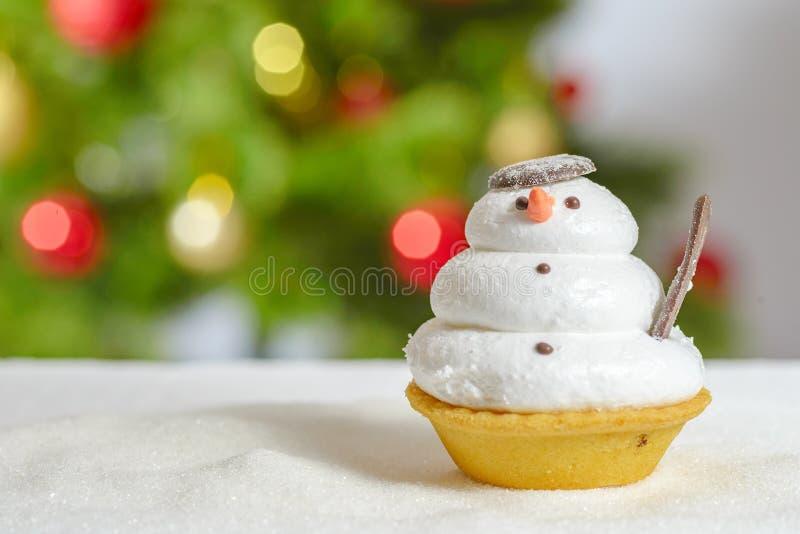 雪人后边曲奇饼和圣诞树 库存图片