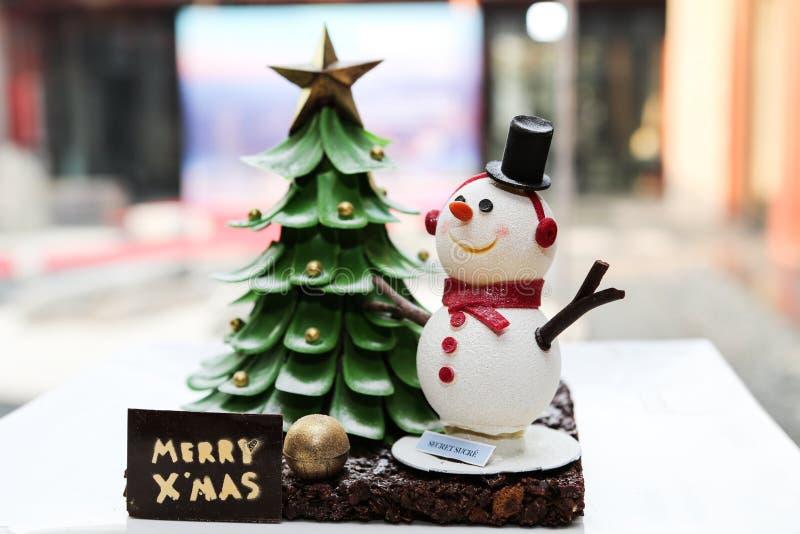 雪人和圣诞树蛋糕 免版税库存图片