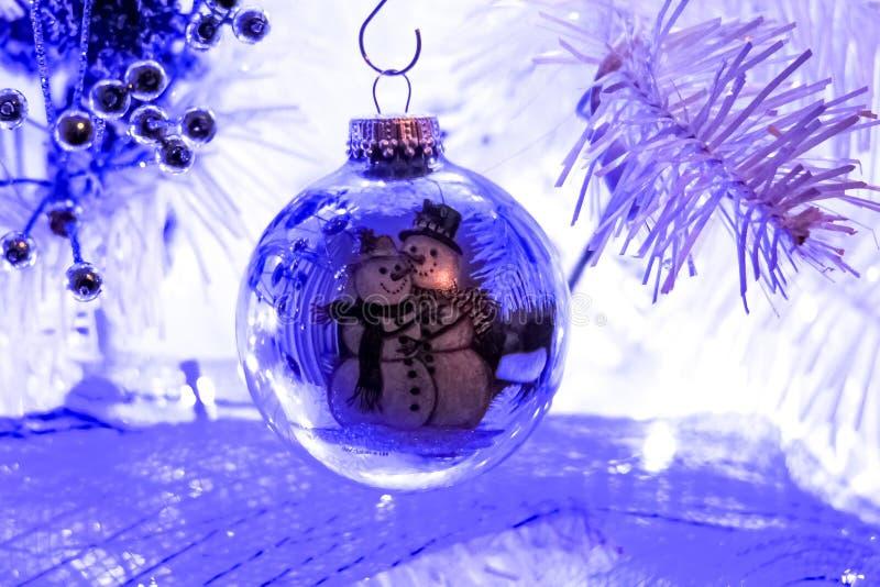 雪人圣诞节爱球白色树周围 免版税图库摄影