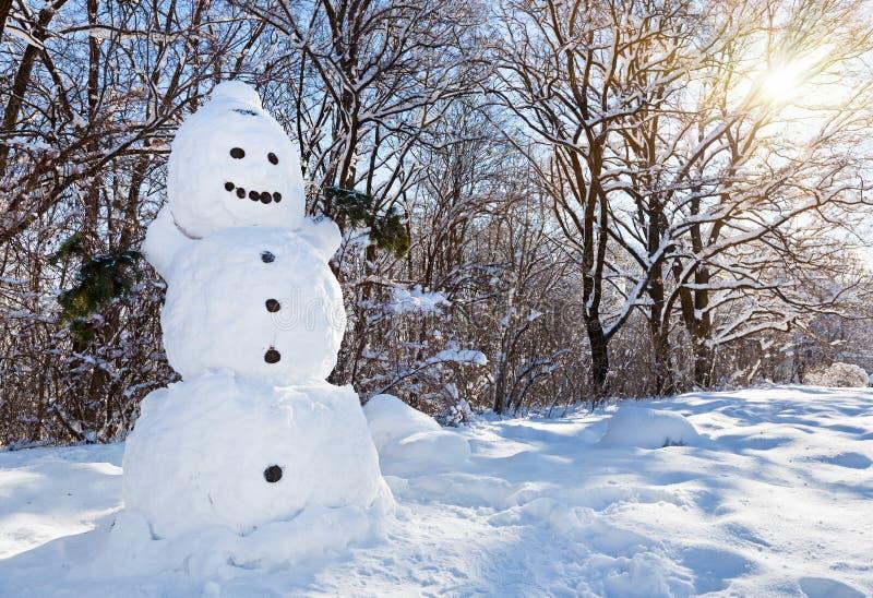 雪人在冬天森林里 免版税图库摄影