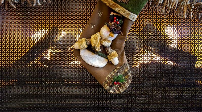 雪人在壁炉的圣诞节长袜 免版税库存图片
