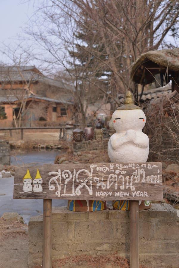 雪人木方向标志 库存图片