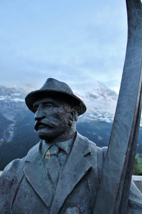 滑雪人雕象在Grindlewald 免版税图库摄影