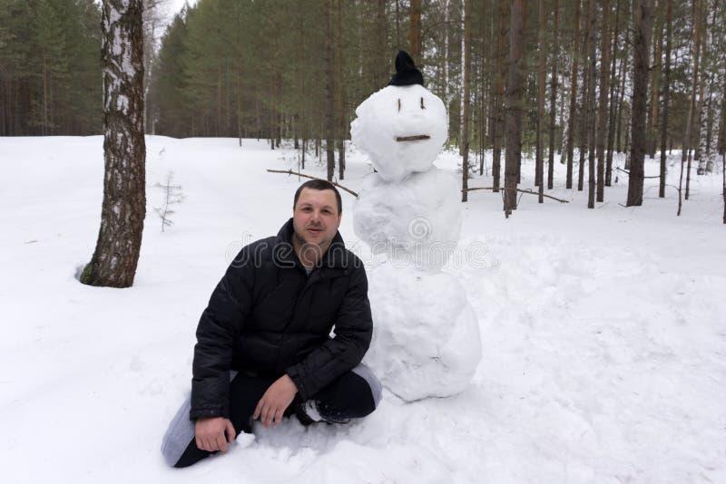 雪人雪人圣诞节蓝天的新年人与雪 库存照片