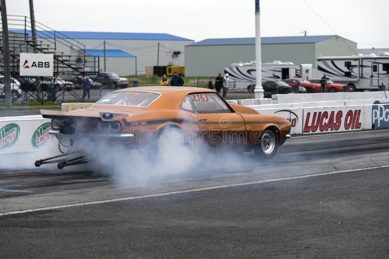 雪佛兰Camaro做烟的阻力汽车显示 图库摄影