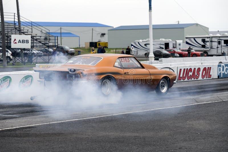 雪佛兰Camaro做烟的阻力汽车显示 库存照片