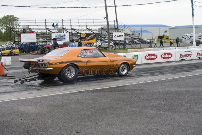 雪佛兰Camaro在直线的阻力汽车 库存照片