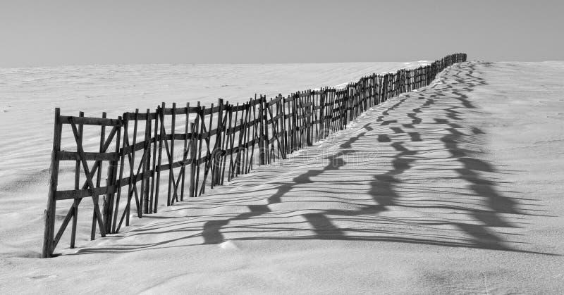 雪保留的篱芭 库存图片