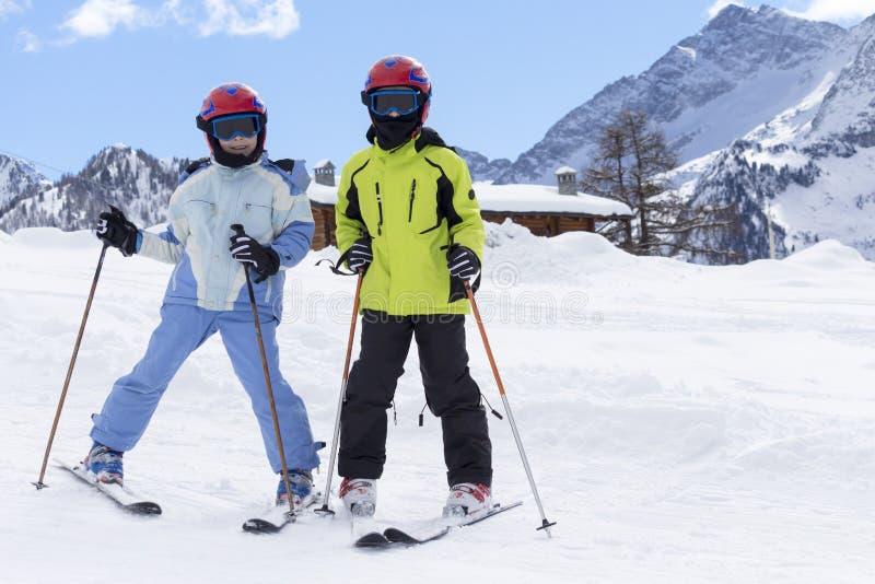 滑雪倾斜的孩子 免版税库存图片