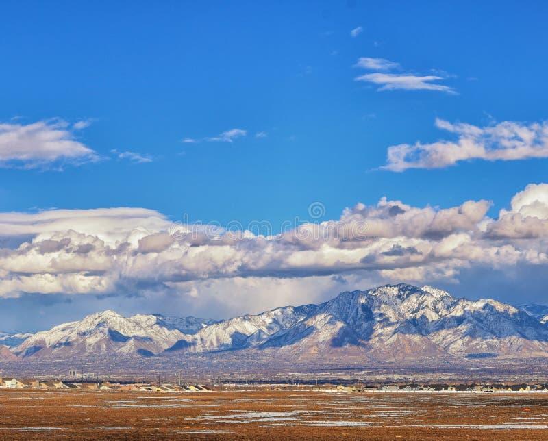 雪冬天全景加盖了Wasatch从酒神高速公路的前面落矶山,大盐湖谷和Cloudscape 免版税库存照片