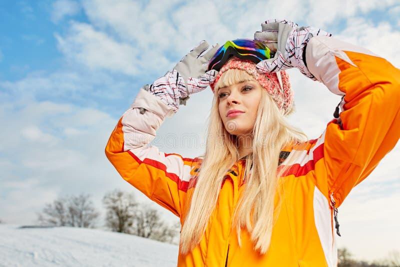 雪冬天和登上背景的妇女  库存图片
