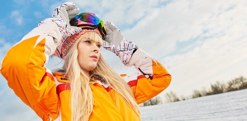 雪冬天和登上背景的妇女  免版税图库摄影