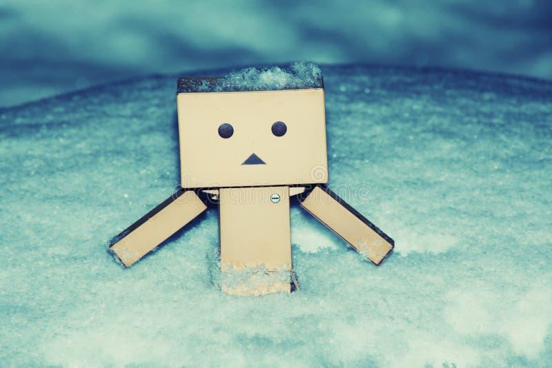 雪冬天季节时间的纸板人 免版税图库摄影