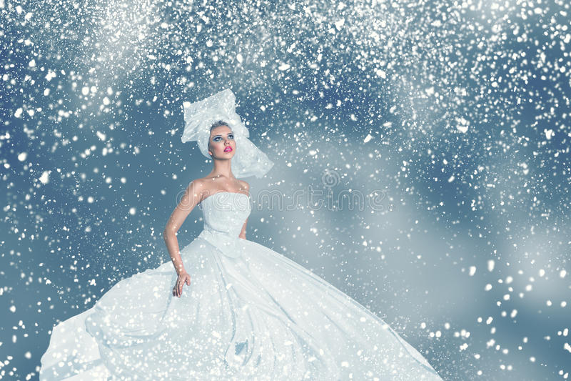 雪冬天时尚妇女画象 免版税库存图片