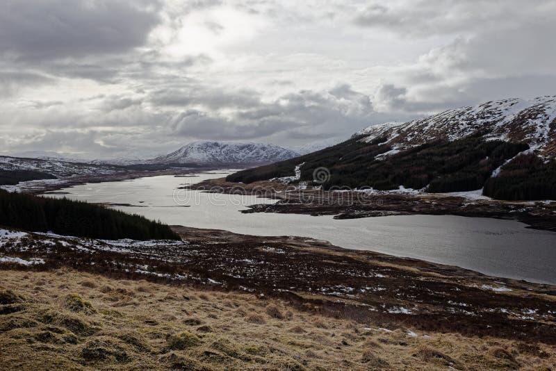 雪加盖了山在海湾Loyne,苏格兰 免版税库存图片